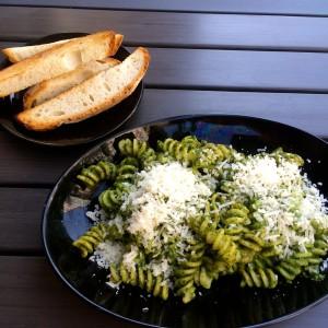 Spirelli mir grünem Pesto, Parmesan und Brotstreifen