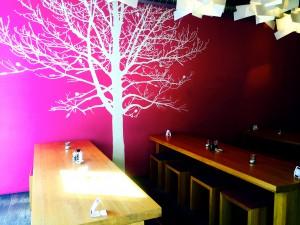 Pinke Wand mit Baumaufdruck
