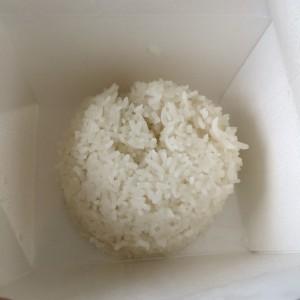 Geformter Reis im to go Becher