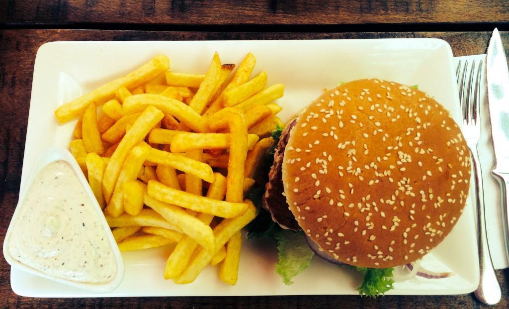 Burger und Pommes aus der Vogelperspektive