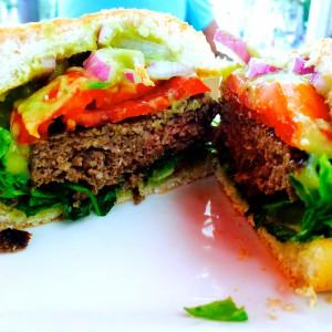 Halbierter Avocado Burger