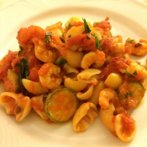 Pasta mit Zucchini und Garnelen in Tomatensauce