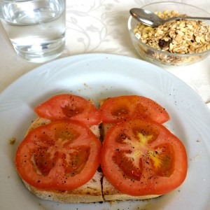 Tomatenbrot und Müeslischale