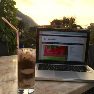 Eiskaffee und MacBook mit Gabelartist Blog auf dem Screen