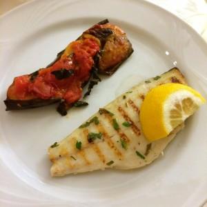 skinny Fisch mit Aubergine und Tomate