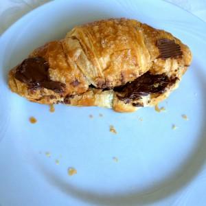 gezuckertes Croissant mit Nutella