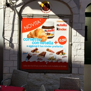 Plakat mit Nutella-Croissant Werbung