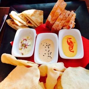 Brotteller mit 3 verschiedenen Brotsorten und drei Dips
