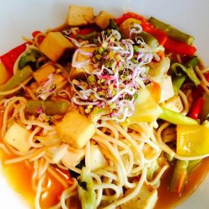 Nudeln mit Tofu und Gemüse