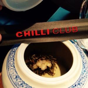 Teekanne mit Teeblüte und Stäbchen mit Chilli Club Logo