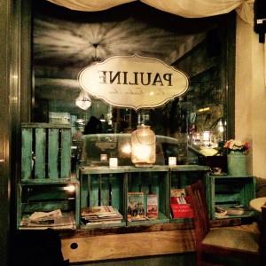 Schaufenster mit Bücherregal der Pauline Hamburg