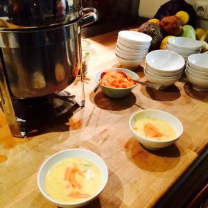 Suppentopf, zwei (gefüllte) Suppenschalen und eine Lachsschale