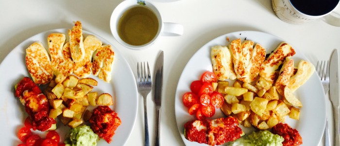 Veggie Day: Halloumi, Wedges, Tomaten und Avocadodip