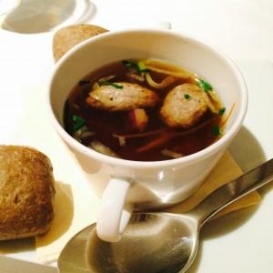 Klare Ganssuppe oder auch Consommé von der Gans mit Apfelnocken