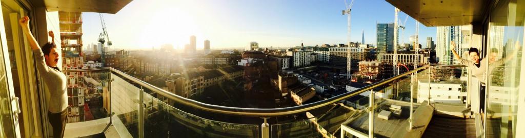 iPhone Panorama auf einem Balkon in London mit Skyline, Sonne und Diana links und rechts