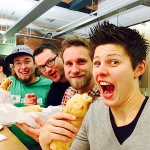 Teamfoto mit Falafel-Wraps