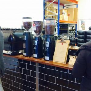 3 Kaffeemühlen auf dem Verkaufstresen von Nude Espresso