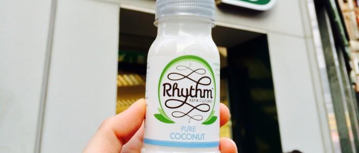 Rhythm Kefir vor dem Eingang/Logo von Holland & Barrett