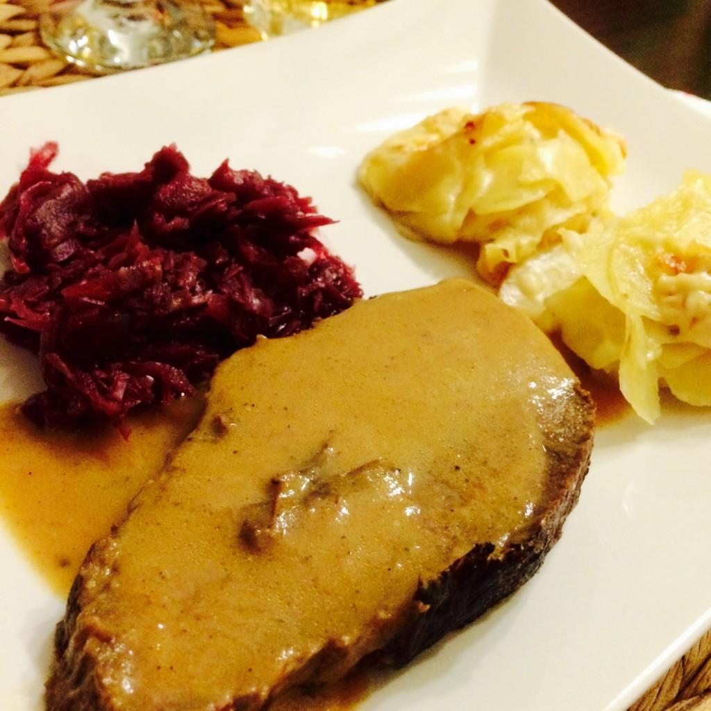 Weihnachtsessen Hauptgang: Rotweinbraten, Rotkohl, Kartoffelgratin