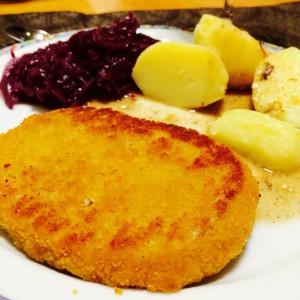 Vegetarisches Schnitzel mit Rotkohl und Kartoffeln
