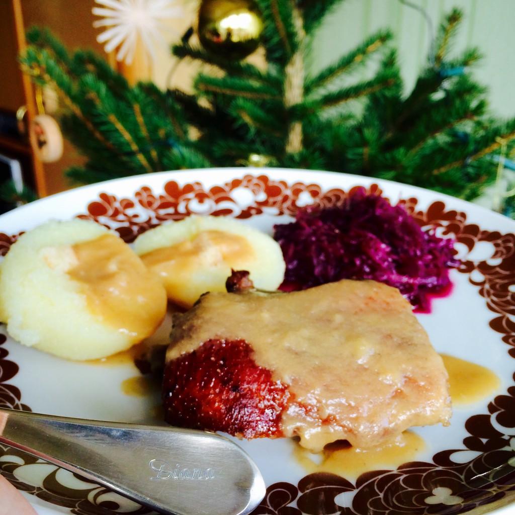Weihnachtsessen: Gans mit Rotkohl und Klößen, Besteck mit Namen eingraviert, Weihnachtsbaum im Hintergrund