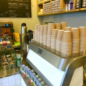 Kaffeemaschine mit gestapelten Bechern