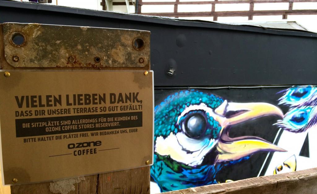 """Schild mit der Bitte die """"Terrase"""" sauber zu halten, Graffiti im Hintergrund"""