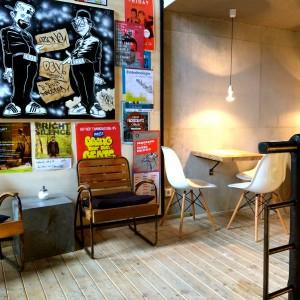 Sitzgelegenheit, Plakate und Bild mit Ozone Tag an der Wand