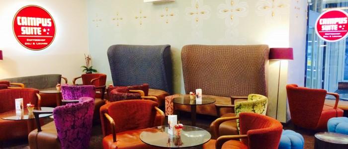Sessel, Sofas, Tische und Logos der Campus Suite