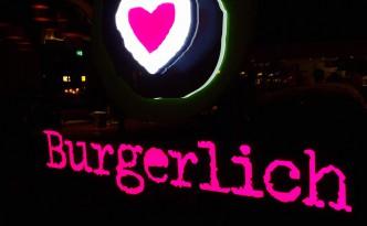 Burgerlich Hamburg Logo im Fenster bei Nacht