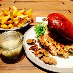Salmon Burger, Champignons daneben, Pommesschale und Chili Mayo