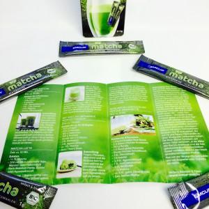 Faltblatt mit Matcha-Rezepten, Dosiersticks und Verpackung