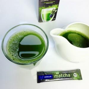 Emcur Matscha im Glas und der Kanne, Dosierstick und Verpackung