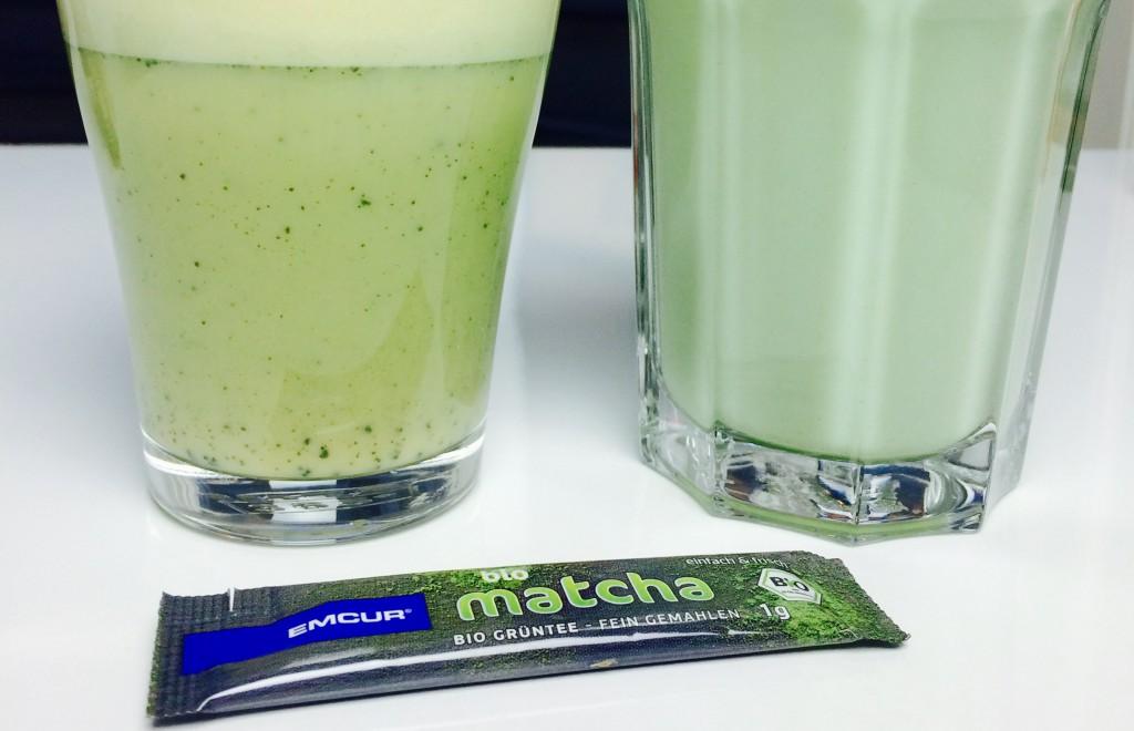 Zwei Matcha Latte mit Milch oder Sojamilch und ein Dosierstick im Vordergrund