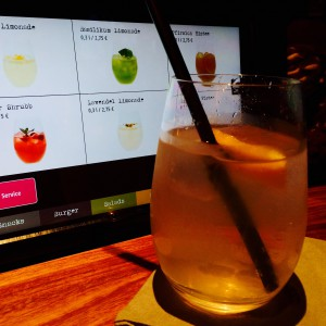 Lavendel Limonade vor dem Tablet mit Limonaden Screen