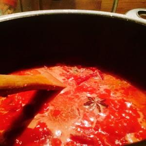 Kochtopf mit Suppe, Sternanis schwimmt an der Oberfläche
