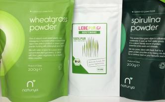 Beutel mit Weizengras-, Gerstengras- und Spirulinapulver