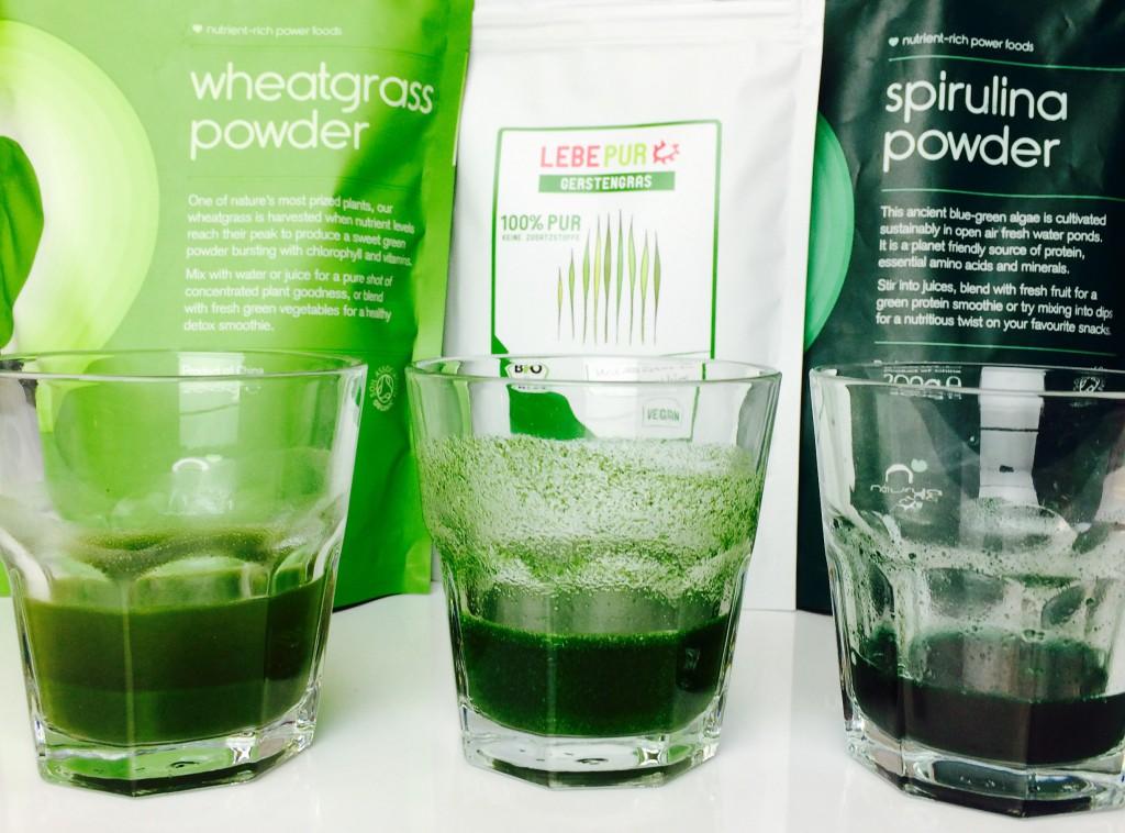 Weizengras, Gerstengras, Spirulina: Beutel mit Pulvern und je ein Glas mit dem entsprechenden Shot