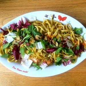 Gebratene Nudeln mit Salat, Kürbiskernen und irgendwo Huhn