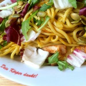 """Nudeln mit Hühnchenstück und Salat, Teller mit Aufschrift """"Dein Körper dankt"""""""
