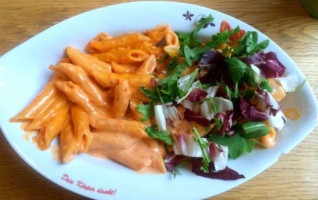 Teller mit Pasta, Salat und einer versteckten Garnele