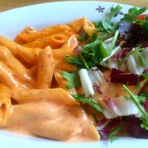 Penne und Salat in der Nahaufnahme