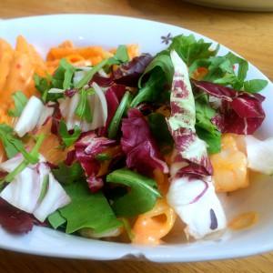 Garnele unter dem Salat, Nudeln im Hintergrund