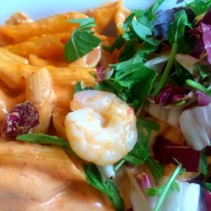 Garnele auf Salat und Nudeln