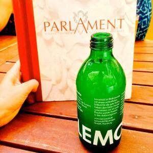 LemonAid Flasche vor der Speisekarte des Parlament Hamburg