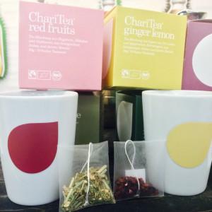 Je zwei ChariTea Teebeutel, Tassen und provisorische Verpackungen