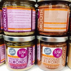 Je zwei Gläser mit Chia Almond oder Chocolate Almond Butter, einmal von vorn und einmal die Zutatenliste