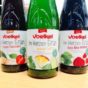 """Drei Flaschen der """"Im Herzen Grün"""" Smoothie Reihe von Voelkel"""