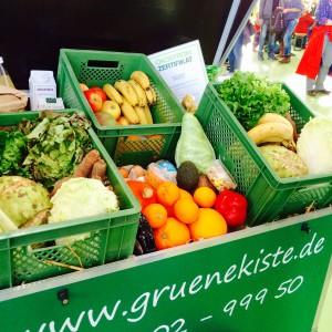 verschiedene grüne Kisten mit Obst und Gemüse