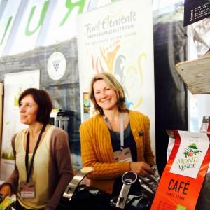 Monte Verde Café scharf gestellt und Chefin Tineke Utescher im Hintergrund